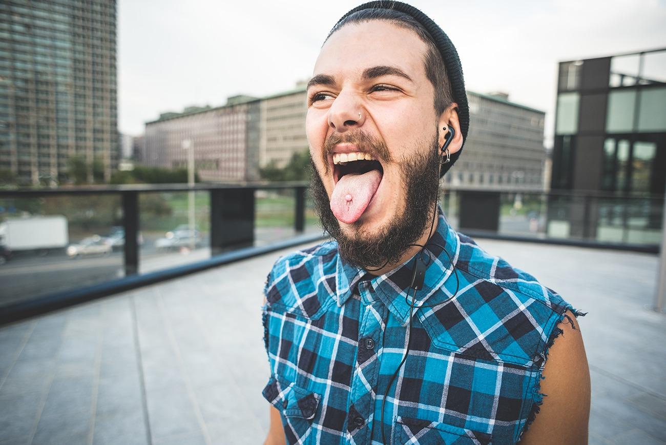 Come-lavarsi-i-denti-con-un-piercing-alla-lingua